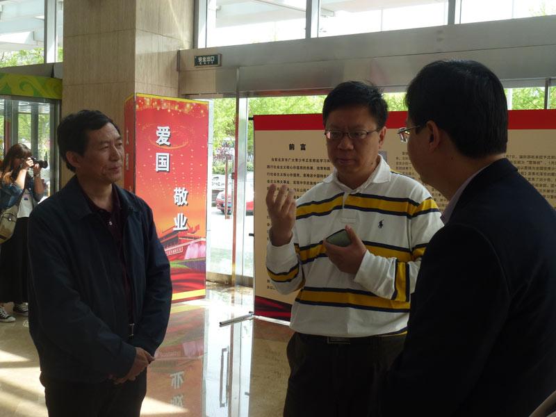 环球时报副总编吴杰(左一)与团市委副书记杨海滨做交流