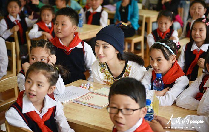 人民网北京6月8日电 (史雅乔)齐聚儿童节与高考日的6月,成为小小读书郎们最有意义的一个月。6月6日,景甜前往湖北利川,参加蒲公英儿童图书馆第七、八所小学开馆仪式。作为景甜甜蜜梦想公益项目的践行者,景甜与学生一起画画、贴爱心树、唱歌、读书,被孩子们亲切地称为红领巾姐姐。 正在拍摄电影《长城》的景甜,趁着转场空档一天往返,践行一定到现场的承诺,与利川学校的学生们零距离接触,和孩子们一起读书画画,分享阅读的乐趣。据悉,这是景甜在2015年1月至今半年内捐建的第8所儿童图书馆,未来将在全国范