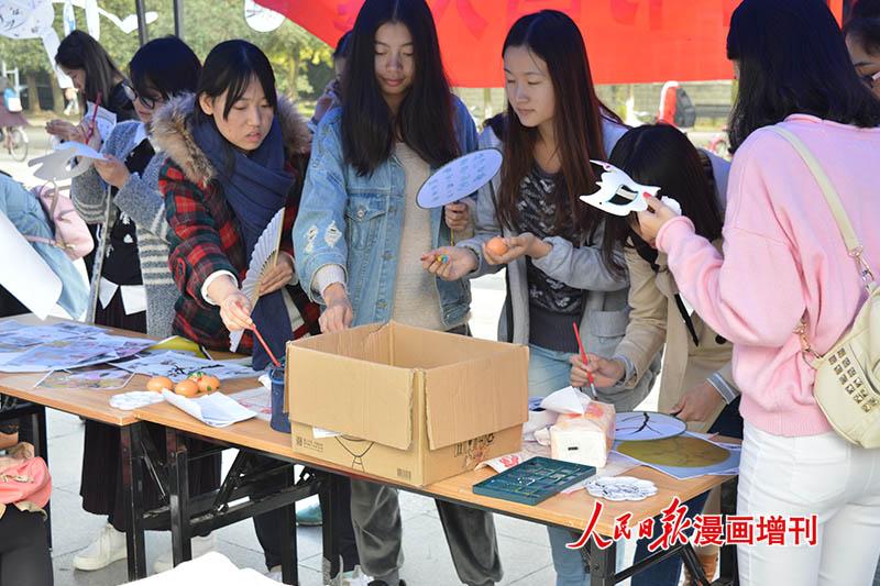 大学生社团现场开展公益活动图片