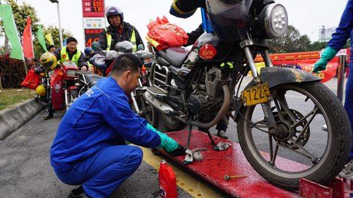 中国石化为万名摩骑免费加油、免费寄包裹